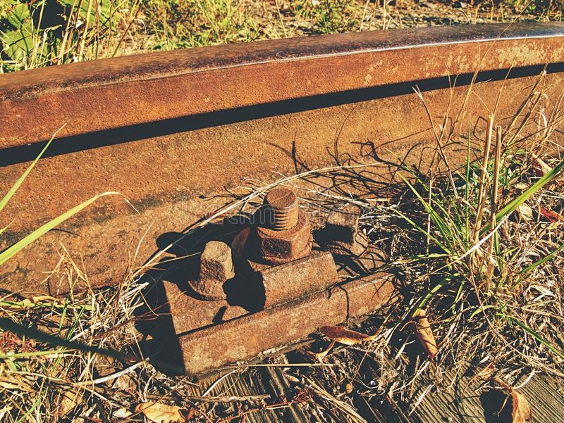 Λεπτομέρεια των σκουριασμένων βιδών και του καρυδιού στον παλαιό σιδηρόδρομο Ξύλινος λαδωμένος δεσμός στοκ φωτογραφία με δικαίωμα ελεύθερης χρήσης