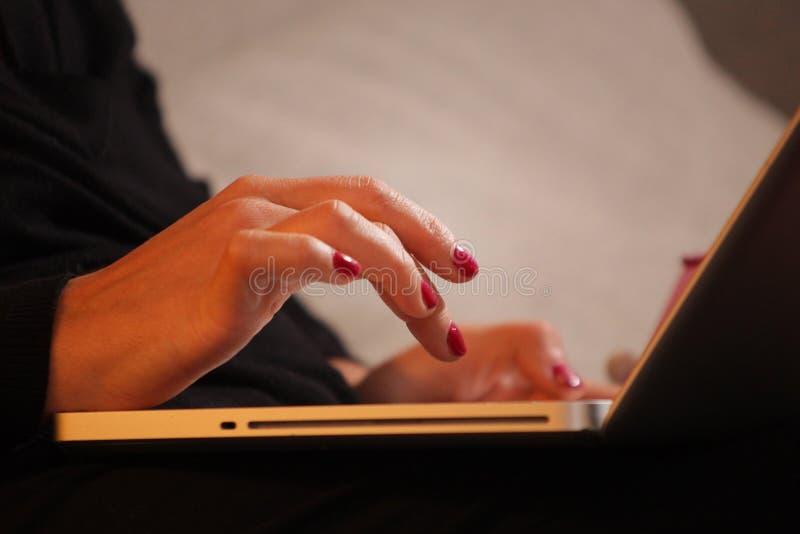 λεπτομέρεια των χεριών που λειτουργούν στον υπολογιστή στοκ εικόνες