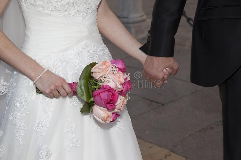 Λεπτομέρεια των χεριών newlyweds στοκ φωτογραφία με δικαίωμα ελεύθερης χρήσης