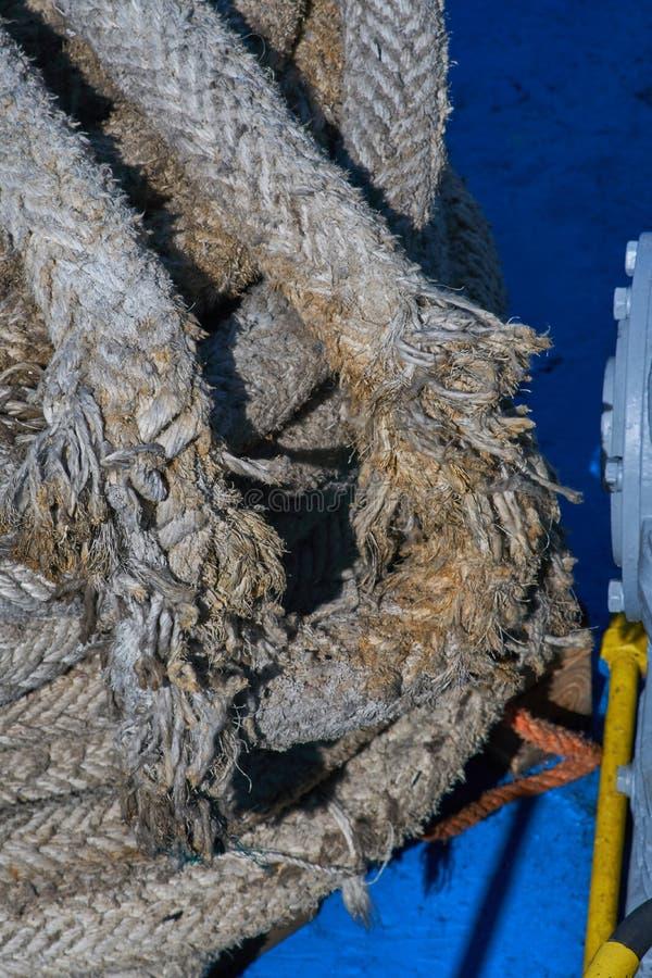 Λεπτομέρεια φορεμένου του Α παλαιού σχοινιού πρόσδεσης σκαφών στοκ εικόνες με δικαίωμα ελεύθερης χρήσης