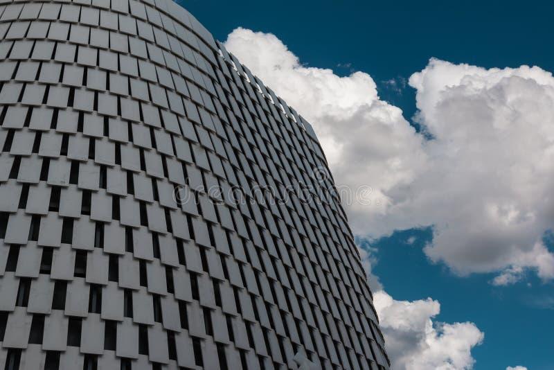 Λεπτομέρεια φουτουριστικού Megastructure: Ασημένια πρόσοψη οικοδόμησης στοκ εικόνες