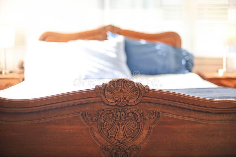 Λεπτομέρεια χαρασμένο δρύινο footboard στο εκλεκτής ποιότητας κρεβάτι στοκ φωτογραφίες