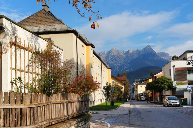 Λεπτομέρεια Arhitectural στην πόλη Bischofshofen σε μια ηλιόλουστη ημέρα φθινοπώρου Το βουνό Hochkonig στο υπόβαθρο στοκ φωτογραφία με δικαίωμα ελεύθερης χρήσης
