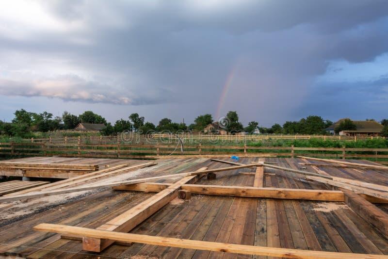 Λεπτομέρειες κατασκευής, στάδια της κατασκευής ενός σπιτιού ξύλινων πλαισίων με έναν τριγωνικό τύπο Α με την ορθογώνια προσθήκη στοκ φωτογραφία