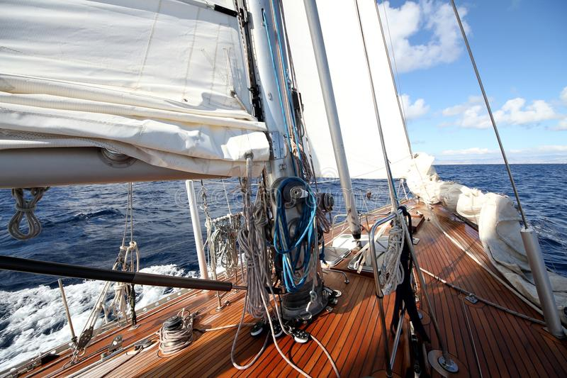 Λεπτομέρειες κλασικό ξύλινο sailboat στα ανοικτά νερά στοκ φωτογραφίες