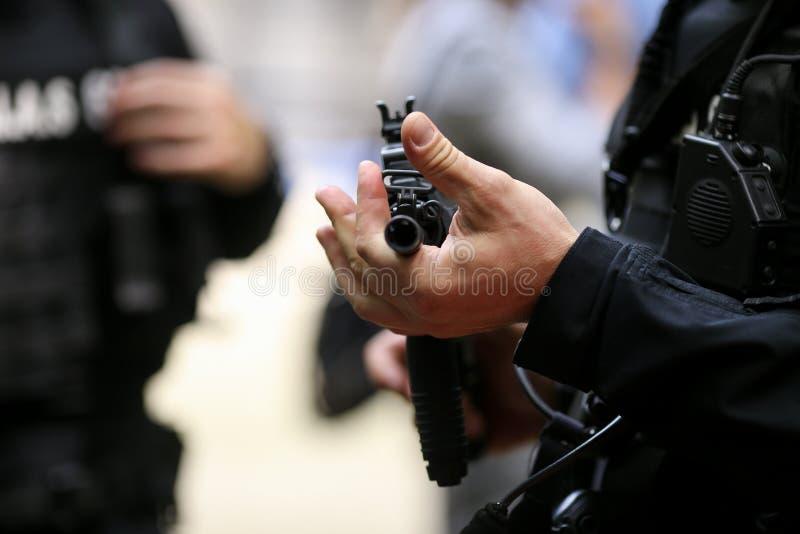 Λεπτομέρειες με τα χέρια ενός ατόμου που κρατά ένα αυτόματο τουφέκι στοκ φωτογραφία με δικαίωμα ελεύθερης χρήσης