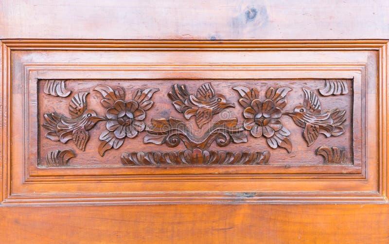 Λεπτομέρειες μιας λεπτής ξύλινης χαράζοντας πόρτας στοκ φωτογραφία