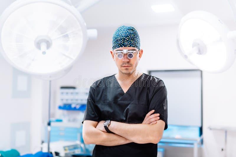 Λεπτομέρειες νοσοκομείων - πορτρέτο του πλαστικού χειρούργου με τους χειρουργικούς λαμπτήρες στοκ εικόνες με δικαίωμα ελεύθερης χρήσης