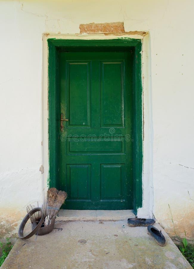 Λεπτομέρειες παλαιές πράσινες ξύλινες πόρτες στοκ εικόνες