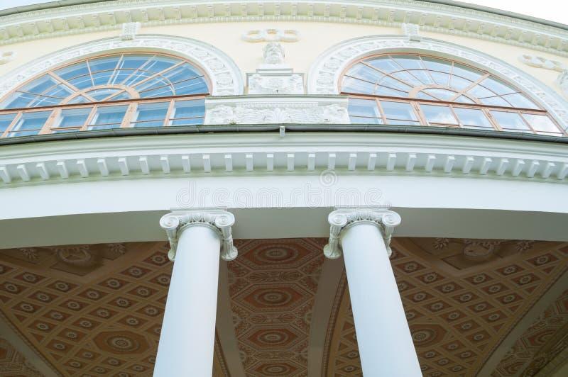 Λεπτομέρειες προσόψεων αρχιτεκτονικής του κτηρίου στοών Gonzaga, εξωτερική άποψη του γλυπτικού συνόλου Pavlovsk, Ρωσία στοκ εικόνες με δικαίωμα ελεύθερης χρήσης
