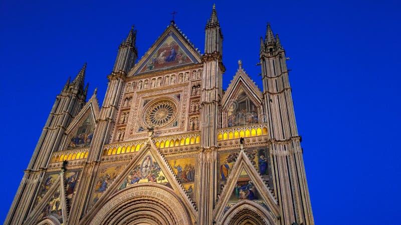 Λεπτομέρειες προσόψεων του άφθονου και μνημειακού καθεδρικού ναού Duomo Orvieto στο λυκόφως στοκ εικόνες