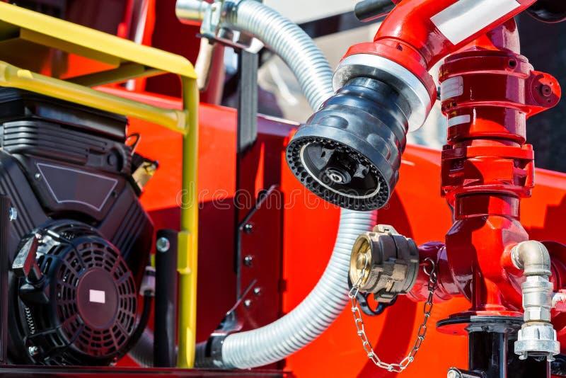 Λεπτομέρειες πυροσβεστικών οχημάτων στον ήλιο με τις μάνικες και τις βαλβίδες στοκ φωτογραφία με δικαίωμα ελεύθερης χρήσης
