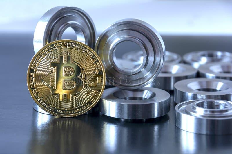 Λεπτομέρειες σε λάχανο και bitcoin σε μαύρο φόντο Η έννοια του πραγματικού και εικονικού εισοδήματος, οι αποδοχές στο διαδίκτυο στοκ εικόνα με δικαίωμα ελεύθερης χρήσης