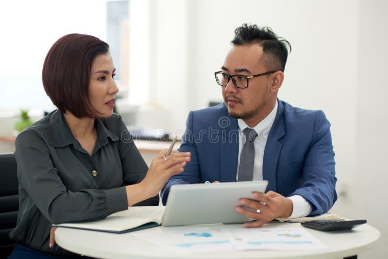 Λεπτομέρειες συνεργασίας συζήτησης συνέταιρων στοκ φωτογραφία