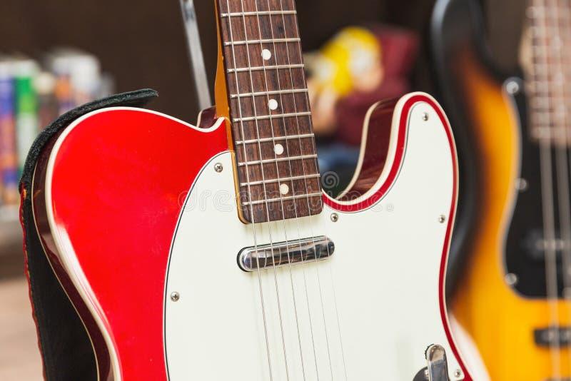 Λεπτομέρειες της κλασικής κόκκινης και άσπρης ηλεκτρικής κιθάρας στοκ εικόνα