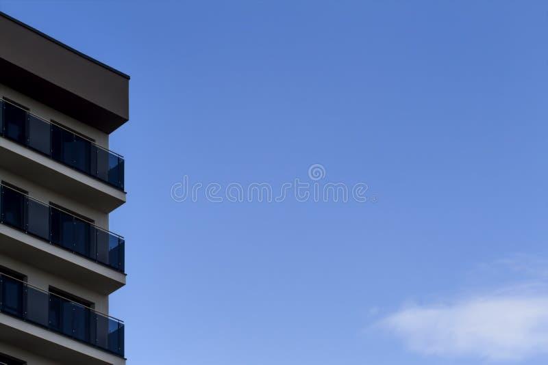 Λεπτομέρειες της πρόσοψης καινούργιων σπιτιών κατασκευή τούβλων που βάζει υπαίθρια την περιοχή μπλε ουρανός ανασκόπησης στοκ φωτογραφία με δικαίωμα ελεύθερης χρήσης