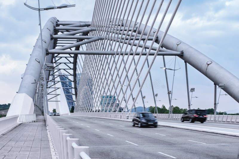 Λεπτομέρειες της σύγχρονης αρχιτεκτονικής - αυτοκίνητα που κινούνται στην οδική μεγάλη γέφυρα σε Cyberjaya, Μαλαισία, ζωή πόλεων, στοκ φωτογραφίες