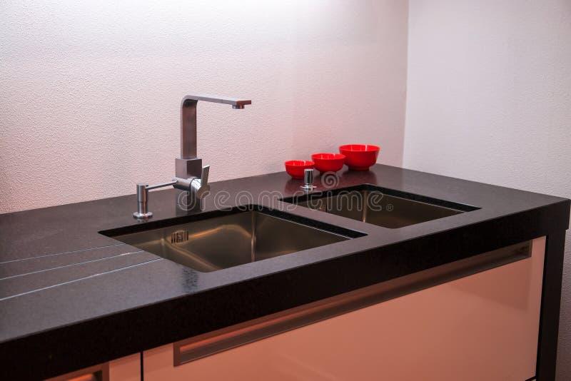 Λεπτομέρειες της σύγχρονης καταβόθρας κουζινών με τη στρόφιγγα βρυσών στοκ φωτογραφία