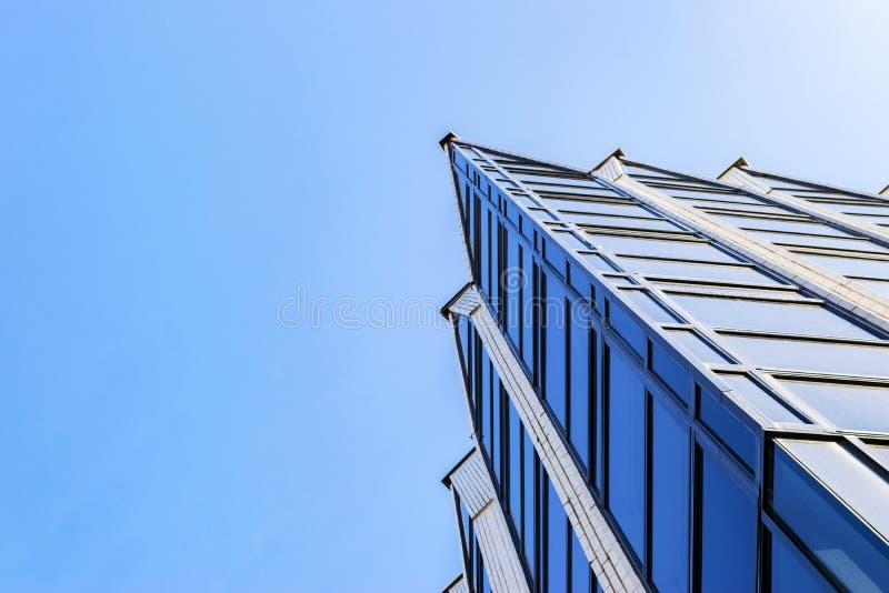 Λεπτομέρειες του εξωτερικού κτιρίου γραφείων Ορίζοντας επιχειρησιακών κτηρίων που ανατρέχει με το μπλε ουρανό Σύγχρονο διαμέρισμα στοκ εικόνα