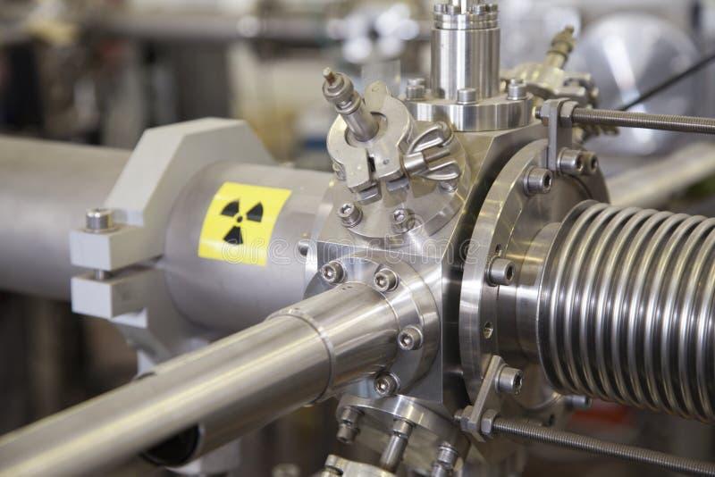 Λεπτομέρειες του ΙΟΝΙΚΟΥ επιταχυντή με το προειδοποιητικό σημάδι ακτινοβολίας στοκ εικόνα με δικαίωμα ελεύθερης χρήσης
