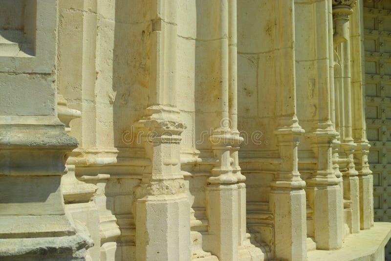 Λεπτομέρειες του παλαιού γαλλικού αβαείου, άσπρες στήλες πετρών στοκ εικόνα με δικαίωμα ελεύθερης χρήσης