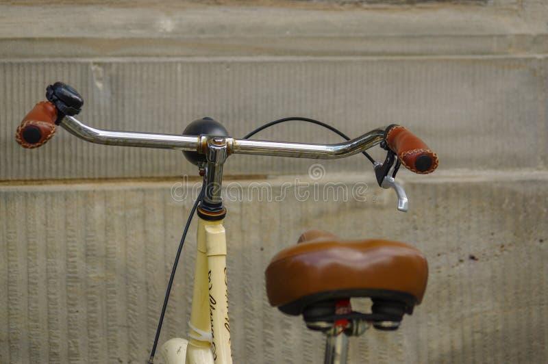 Λεπτομέρειες του παλαιού κίτρινου ποδηλάτου κάθισμα δέρματος με τους απορροφητές κλονισμού και τη ρόδα στοκ εικόνες με δικαίωμα ελεύθερης χρήσης