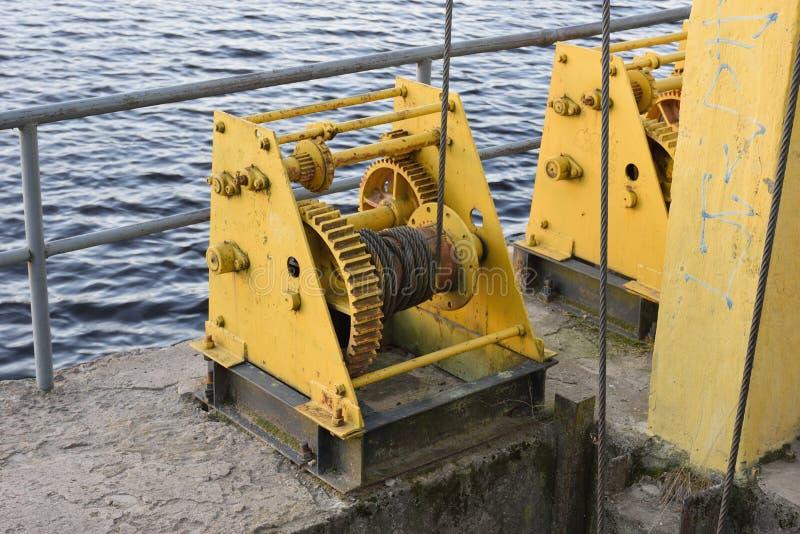 Λεπτομέρειες των μηχανικών μονάδων ενός υδροηλεκτρικού φράγματος στοκ εικόνες