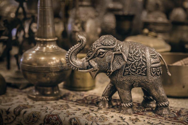 Λεπτομερές ειδώλιο ελεφάντων κινηματογραφήσεων σε πρώτο πλάνο φιαγμένο από μέταλλο στοκ εικόνες