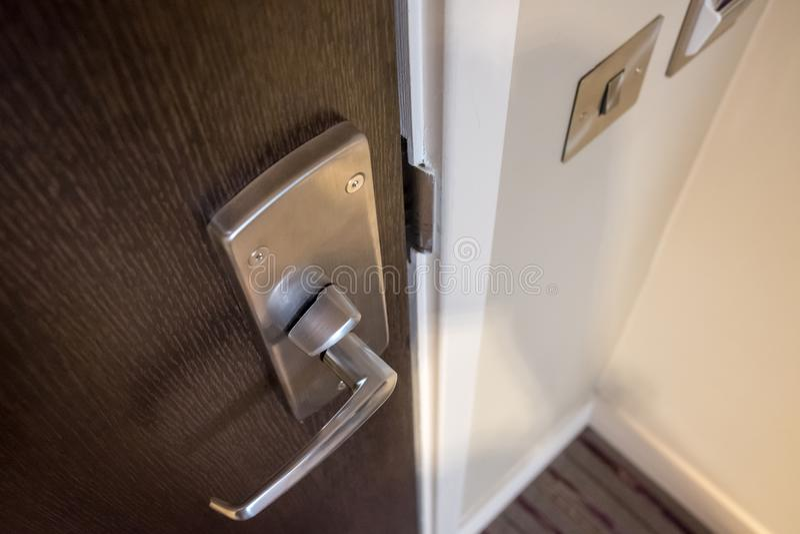 Λεπτομερής άποψη ενός σύγχρονου συστήματος χεριών και κλειδώματος πορτών διαμερισμάτων στοκ εικόνες