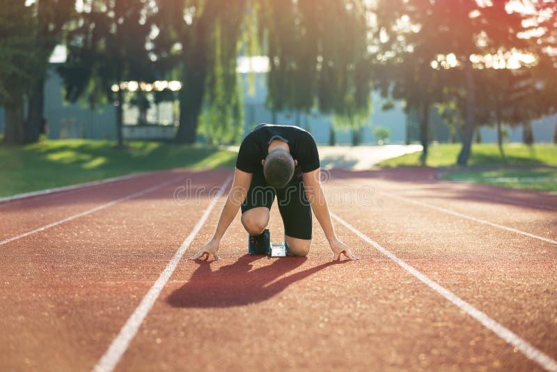 Λεπτομερής άποψη ενός sprinter που παίρνει έτοιμου να αρχίσει Εκλεκτική εστίαση στοκ φωτογραφίες με δικαίωμα ελεύθερης χρήσης
