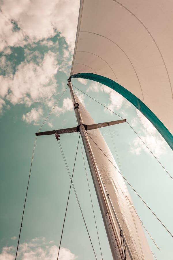 Λεπτομερής κινηματογράφηση σε πρώτο πλάνο του πανιού sailboat στοκ φωτογραφία με δικαίωμα ελεύθερης χρήσης