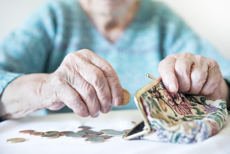 Λεπτομερής φωτογραφία κινηματογραφήσεων σε πρώτο πλάνο του υπολογισμού χεριών της unrecognizable ηλικιωμένης γυναίκας που παραμέν στοκ εικόνα με δικαίωμα ελεύθερης χρήσης