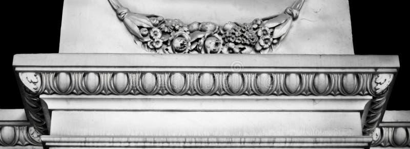 Λεπτομερή, γκρίζα στοιχεία διακοσμήσεων αρχιτεκτονικής με τα floral κίνητρα στοκ εικόνα