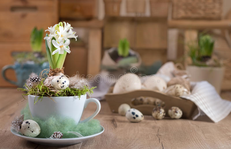 Λεπτός άσπρος υάκινθος στην εκλεκτής ποιότητας κουζίνα Πάσχα ευτυχές στοκ φωτογραφίες με δικαίωμα ελεύθερης χρήσης