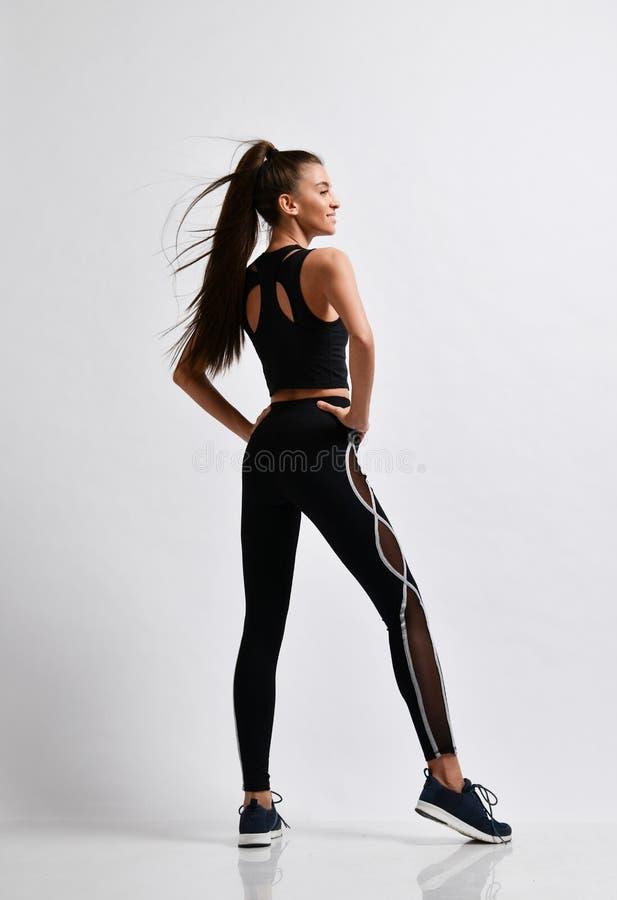 Λεπτός δρομέας γυναικών ικανότητας brunette sprinter πριν από την άσκηση workout στο πορφυρό πλήρες σώμα αθλητικής ένδυσης στοκ φωτογραφία με δικαίωμα ελεύθερης χρήσης