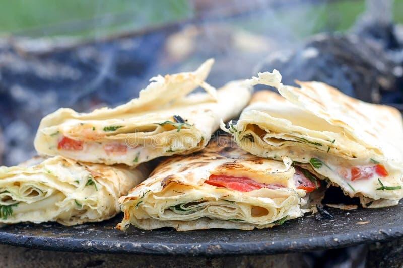Λεπτό αρμενικό lavash το τρυφερό τυρί, τις ντομάτες, το κοτόπουλο και τη σαλάτα Suluguni, που ψήνονται στη σχάρα με Παραδοσιακό Μ στοκ εικόνες