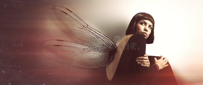 Λεπτό, θηλυκό εύθραυστο Νέα γυναίκα με τα φτερά διανυσματική απεικόνιση
