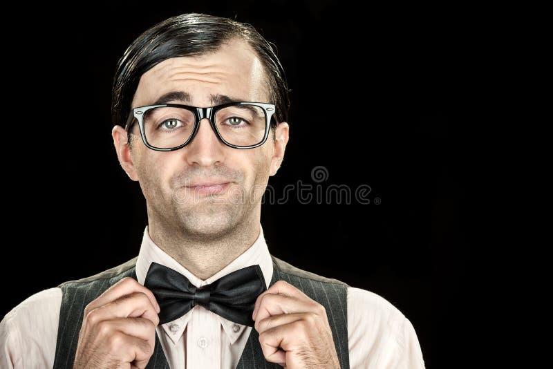 Λεπτό κομψό nerd με τα γυαλιά και πορτρέτο δεσμών τόξων στο μαύρο υπόβαθρο στοκ εικόνες