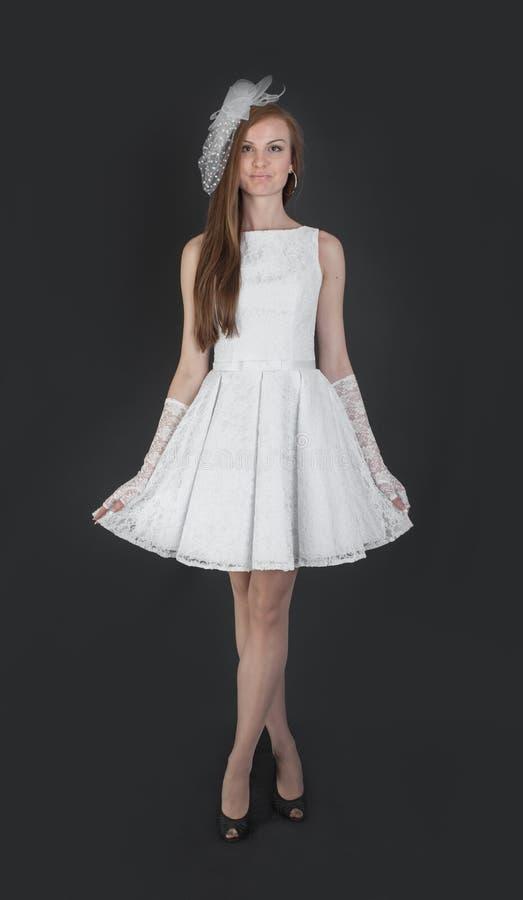 Λεπτό κορίτσι στο άσπρο φόρεμα βραδιού στοκ εικόνα με δικαίωμα ελεύθερης χρήσης