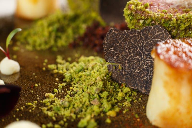 Λεπτό μαγειρευμένο κουζίνα μοσχαρίσιο κρέας, που καλύπτεται στο επίγειο φυστίκι με το truff στοκ εικόνες