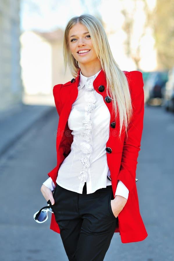 Λεπτό νέο όμορφο κορίτσι που θέτει - πορτρέτο γυναικών χαμόγελου στοκ εικόνα