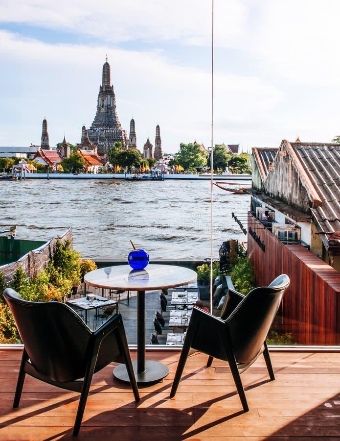 Λεπτό να δειπνήσει της Μπανγκόκ εστιατόριο με την άποψη επιτραπέζιων ποταμών γευμάτων στοκ εικόνα