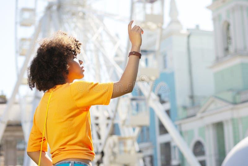 Λεπτό σγουρό κορίτσι που απαιτεί στον ξένο στην οδό στοκ φωτογραφία με δικαίωμα ελεύθερης χρήσης