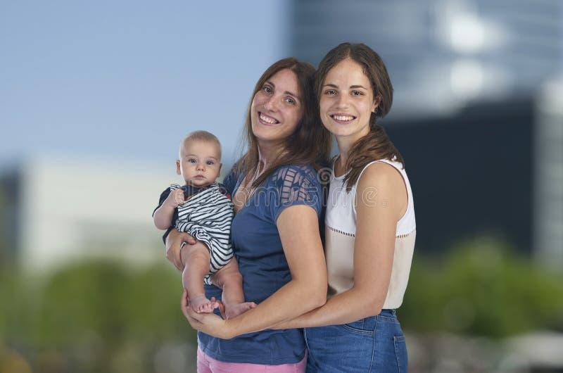 Λεσβιακή αγάπη, νέες λεσβιακές μητέρες με το μωρό τους ομοφυλοφιλικός στοκ φωτογραφία