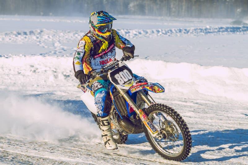 Λετονία, Raiskums, χειμερινό μοτοκρός, Skioring, οδηγοί με τη μηχανή στοκ εικόνα με δικαίωμα ελεύθερης χρήσης