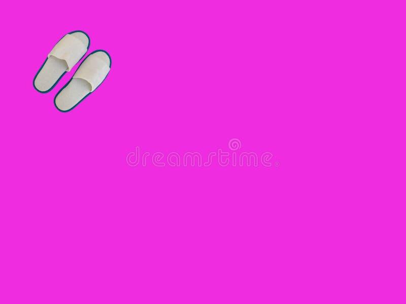 Λευκά κουρέλια Παντόφλες σε κόκκινο φόντο ιδέες χαλάρωσης ελεύθερη απεικόνιση δικαιώματος