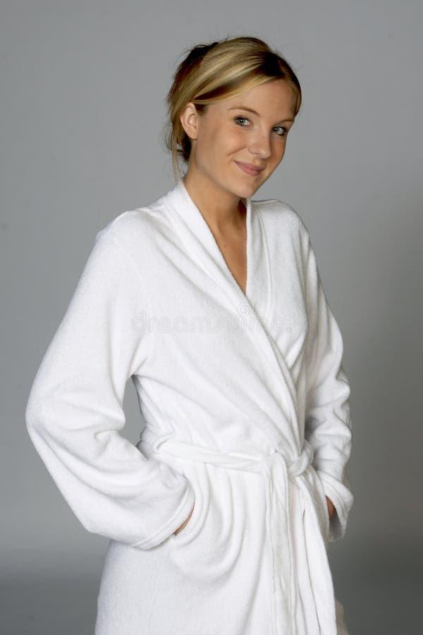 λευκή γυναίκα μπουρνουζιών στοκ εικόνα με δικαίωμα ελεύθερης χρήσης