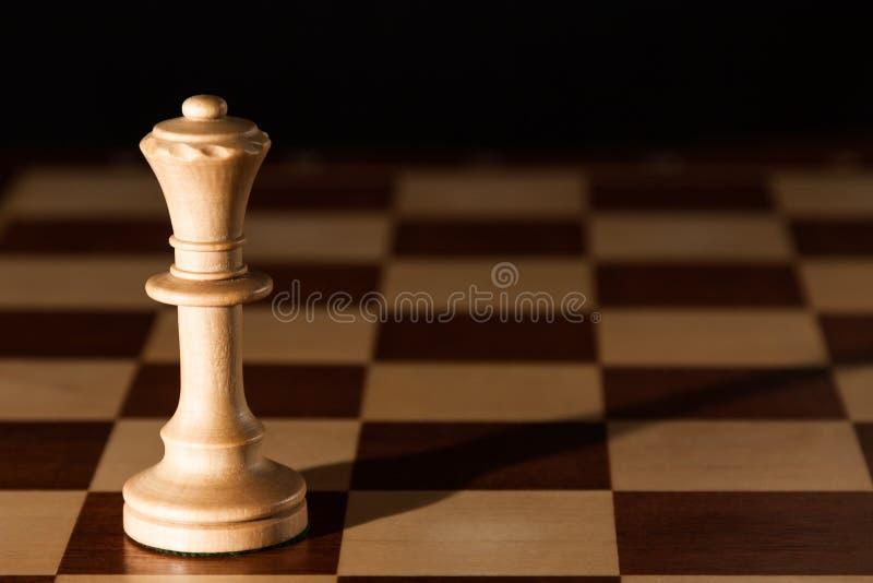 Λευκιά βασίλισσα σε μια σκακιέρα στοκ εικόνες