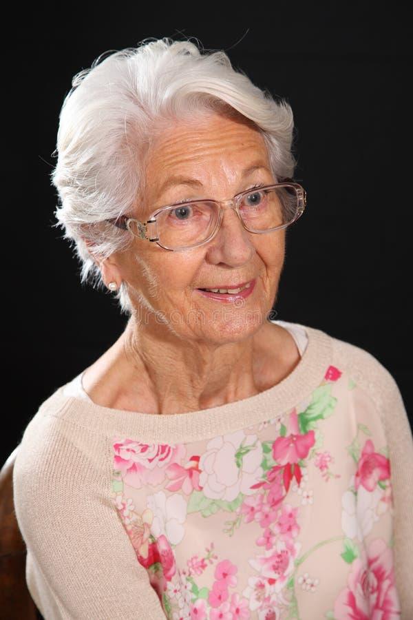 Λευκιά μαλλιαρή γιαγιά στοκ φωτογραφίες με δικαίωμα ελεύθερης χρήσης