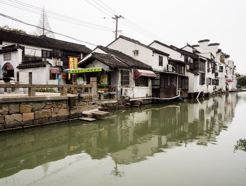 Λευκοί Οίκοι που απεικονίζονται στο νερό καναλιών σε ιστορικό στο κέντρο της πόλης Suzhou στοκ εικόνες με δικαίωμα ελεύθερης χρήσης